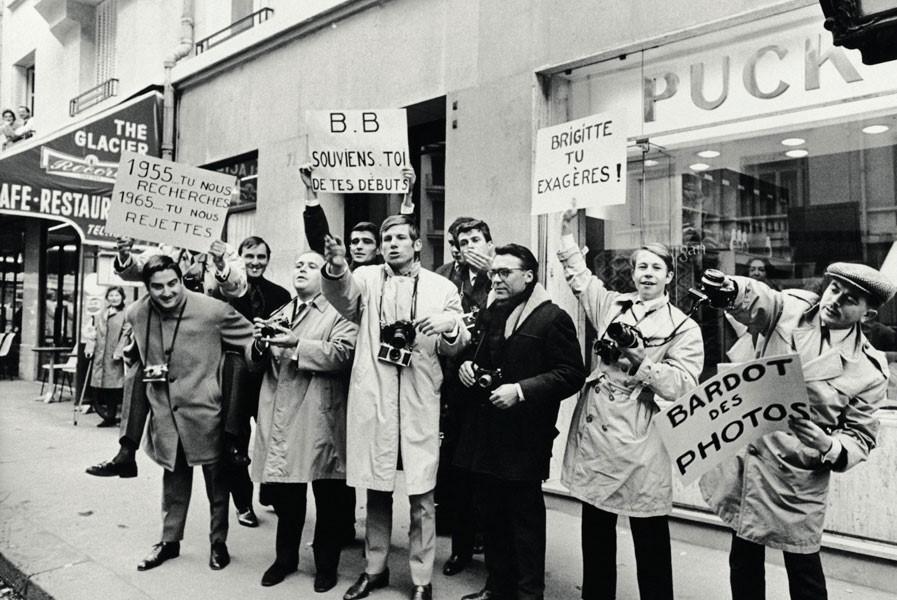 Paparazzi-protest-outside-the-home-of-Brigitte-Bardot-in-Paris,-1965_M