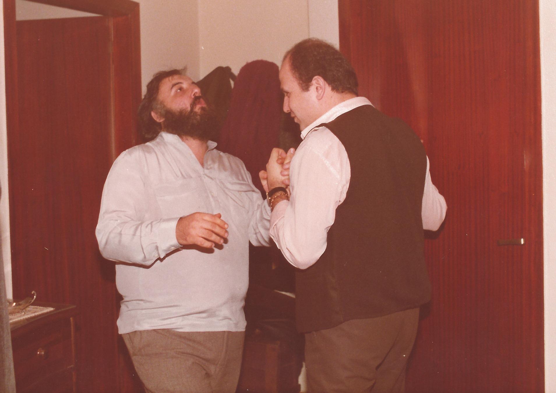 1983 Με τον Θάνο Μικρούτσικο, χορεύοντας σ' ενα πάρτι σπίτι του