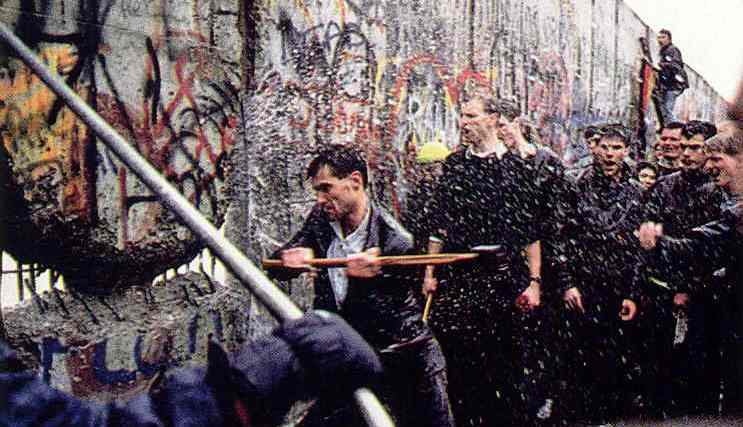 pd-791_tearing-down-the-berlin-wall_1989