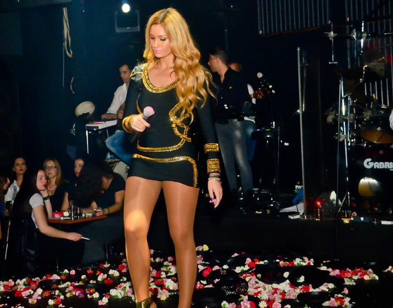 Τραγουδίστρια, Μουρατίδης