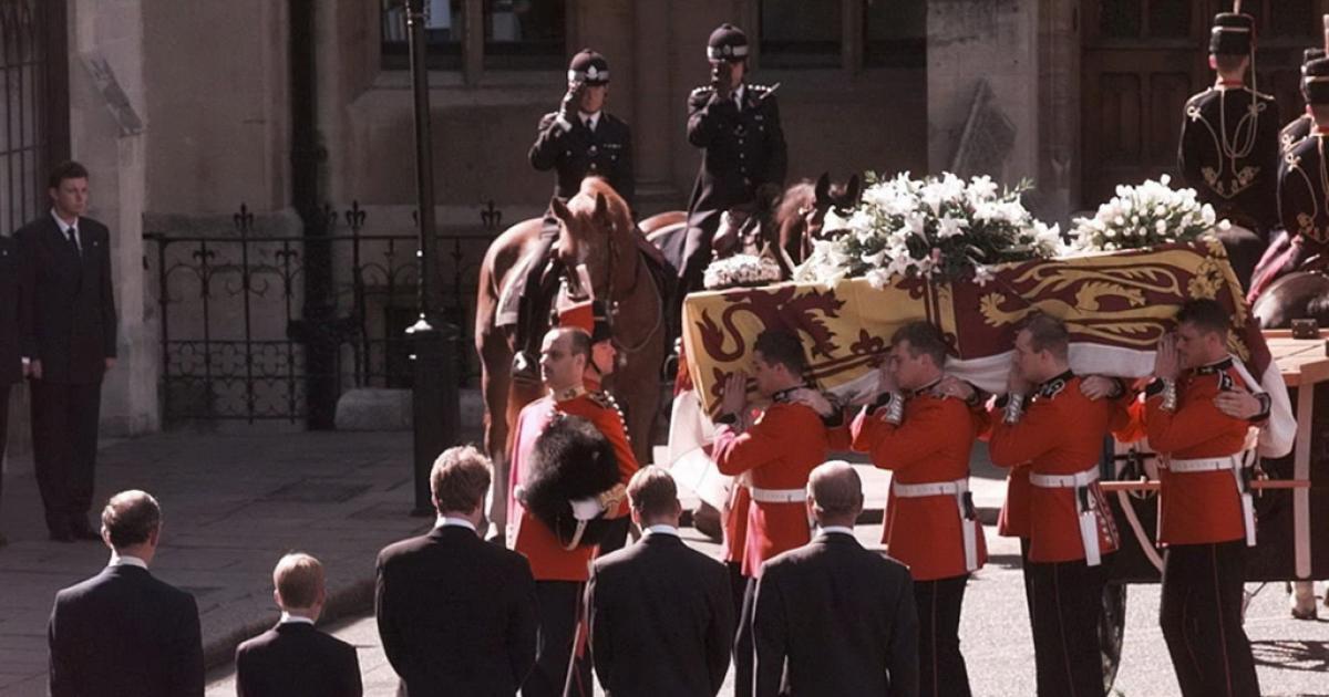 princess-diana-coffin-carried-funeral, ΠΡΙΓΚΙΠΙΣΣΑ ΝΤΑΪΑΝΑ, ΚΗΔΕΙΑ,
