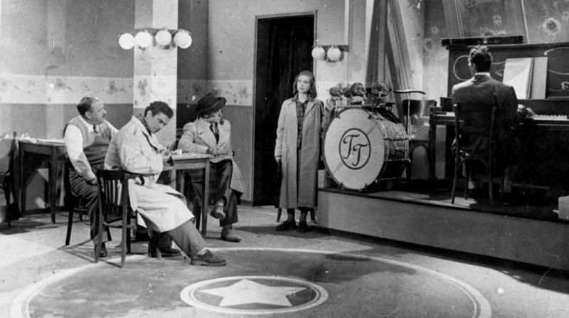 Μάνος Χατζιδάκις, 1949, Δυο Κόσμοι