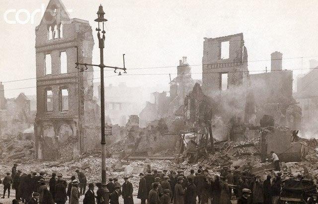 IRA, Βρετανικές δυνάμεις καίνε και λεηλατούν πολυάριθμα κτίρια στο Κορκ της Ιρλανδίας.