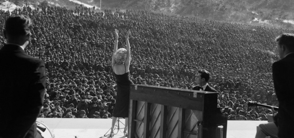 Marilyn-performing-for-GIs-in-Korea-1954-1024x808