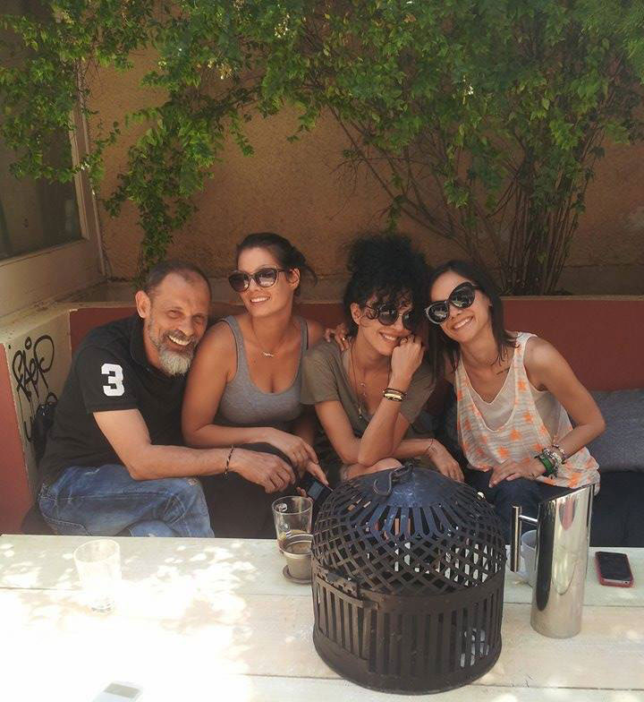 O Τζόνυς με σούπερ παρέα στο μπαρ του: Μαρία Κορινθίου, Μαρία Σολωμού, Κατερίνα Τσάβαλου