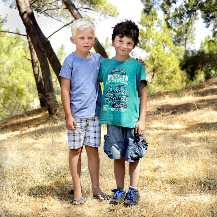 Ο 5χρονος Αρτσι από τη Βρετανία και ο 6χρονος Γουίσαμ από τη Συρία