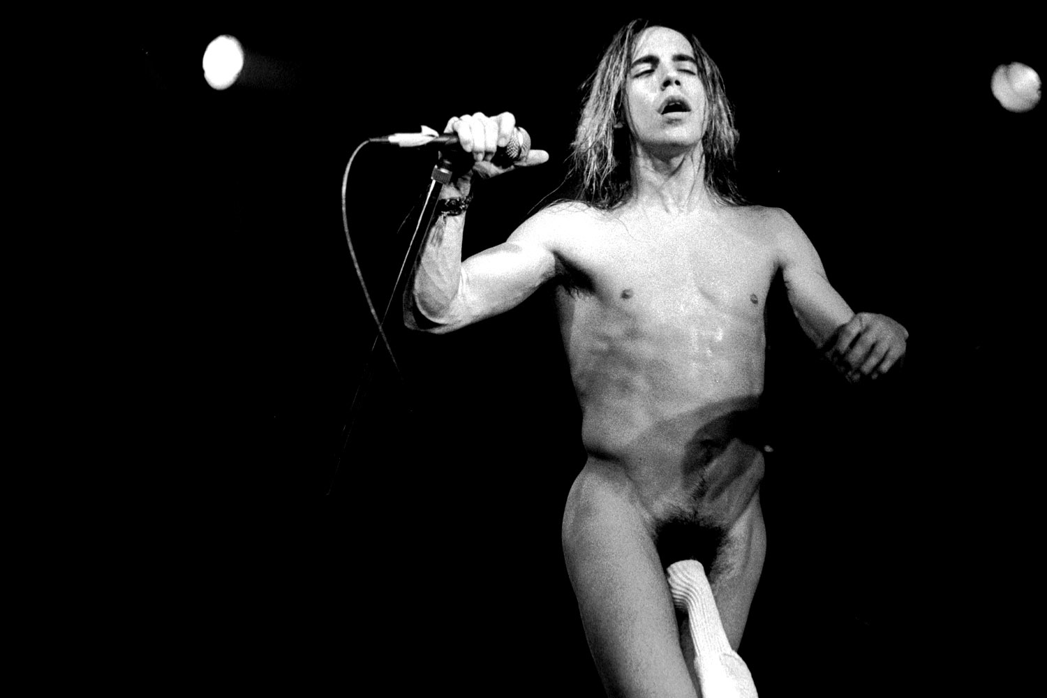Anthony-Kiedis-of-Red-hot-chilli-peppers_1500a_aol-music-uk_121110