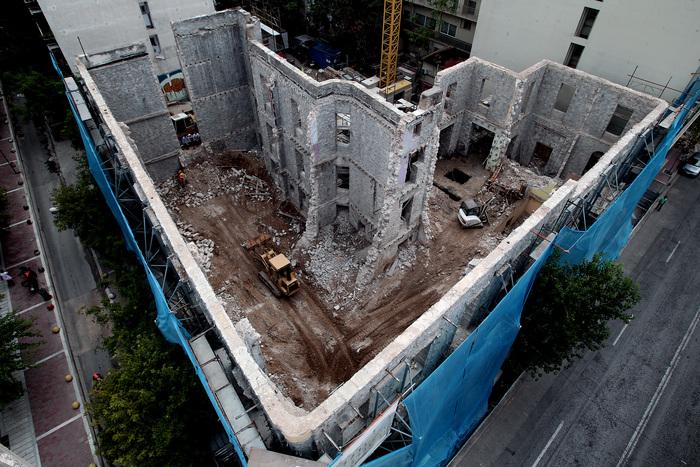 """Εναέρια άποψη της """"Βίλας Αμαλία"""" στην οδό Αχαρνών όπου πραγματοποιούνται έργα ανακατασκευής του κτιρίου, Αθήνα, Παρασκευή 19 Σεπτεμβρίου 2014. Με πρωτοβουλία του Δήμου Αθηναίων ξεκίνησαν τα έργα ανακατασκευής της """"Βίλας Αμαλία"""" και μετατροπής του κτιρίου σε διατηρητέο σχολικό συγκρότημα ενώ η ολοκλήρωση του έργου αναμένεται το καλοκαίρι του 2015. Το κτίριο χτίστηκε τον 19ο αι., στέγασε για δεκαετίες το 2ο Γυμνάσιο Αρρένων, εγκαταλείφθηκε αργότερα ενώ στη συνέχεια ομάδα αντιεξουσιαστών έκανε κατάληψη στο κτίριο, δίνοντάς του το όνομα """"Βίλα Αμαλία"""", όπως είναι γνωστό σήμερα. Το 2013 έληξε η κατάληψη μετά από επέμβαση της αστυνομίας και το κτίριο σφραγίστηκε. Κυριακή 21 Σεπτεμβρίου 2014. ΑΠΕ-ΜΠΕ/ΑΠΕ-ΜΠΕ/ΣΥΜΕΛΑ ΠΑΝΤΖΑΡΤΖΗ"""