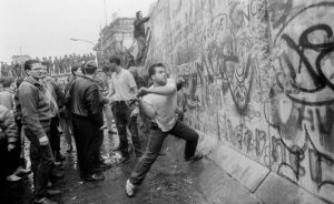 Πέφτει το Τείχος του Βερολίνου, Berlin Wall, ΤΟ BLOG ΤΟΥ ΝΙΚΟΥ ΜΟΥΡΑΤΙΔΗ, nikosonline.gr